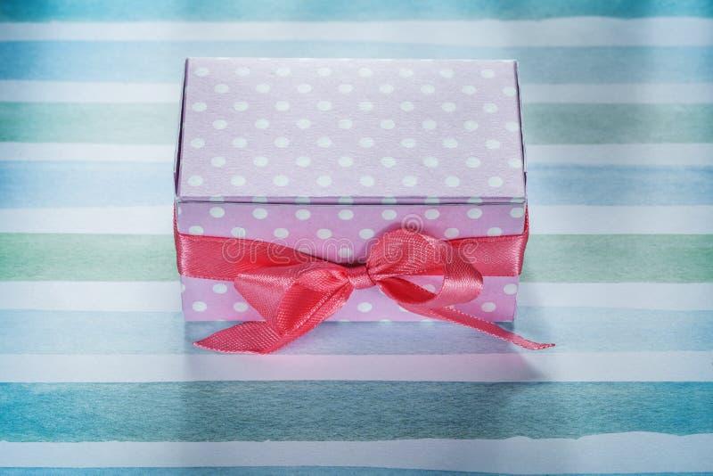 Różowy teraźniejszości pudełko na błękitnym pasiastym tkanina odgórnego widoku wakacji concep obrazy royalty free