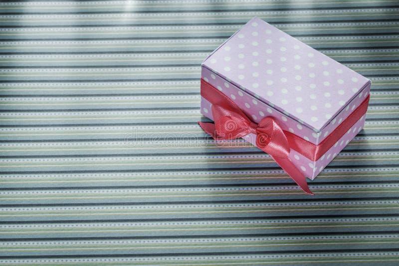 Różowy teraźniejszości pudełko na stripy tkanin świętowań pojęciu fotografia royalty free