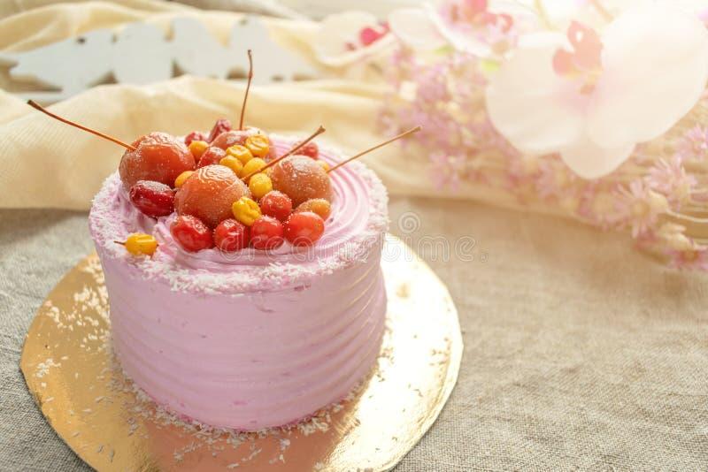 Różowy tort na pastelowym tle Kawałek ciastko wzorzystości tort z błękitne wystrój jagody, mastyksem i owoc i obrazy royalty free