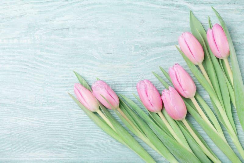 Różowy tulipan kwitnie na wieśniaka stole dla Marzec 8, Międzynarodowego dnia, kobiety lub matek piękna karciana wiosna Odgórny w obraz stock