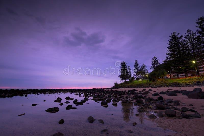 Różowy wschód słońca przy Burleigh Przewodzi, złota wybrzeże, Australia zdjęcia stock