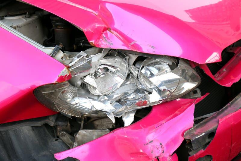 Różowy wypadek samochodowy uszkadzający reflektoru przód, łamający reflektor kraksy samochodowej wypadek, uszkadzający samochody  zdjęcia stock