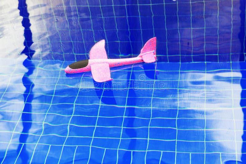 Różowy zabawkarski samolotowy basen nikt fotografia stock