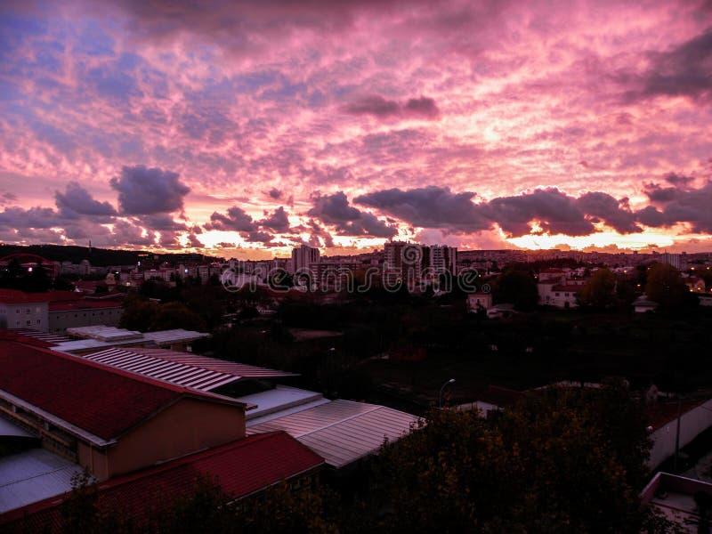 Różowy zmierzch Nad Lisbon Na Chmurnym popołudniu obraz royalty free