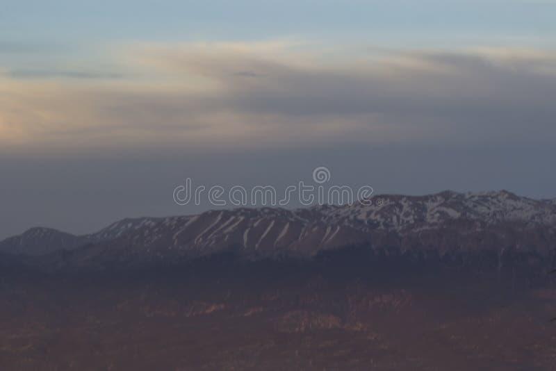 Różowy zmierzch sunning w górach na wierzchołkach góry, kłama śnieg zdjęcia stock