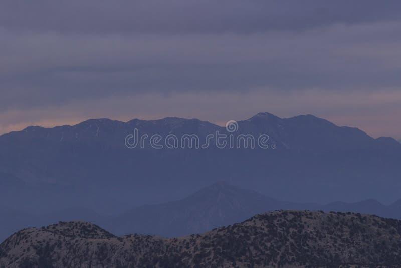 Różowy zmierzch w górach na wierzchołkach góry, kłama śnieg obrazy stock