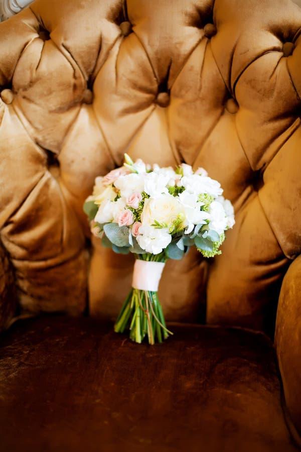 Różowych róż bridal bukiet, strzał w wnętrzu na rocznika wzorze zdjęcia stock