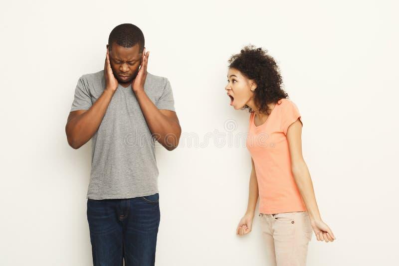 Rómpase para arriba, los pares enojados que gritan en uno a imagen de archivo