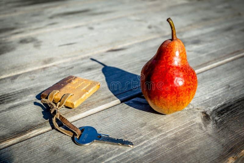 Rówieśnik i klucz na Drewnianym stole obrazy stock