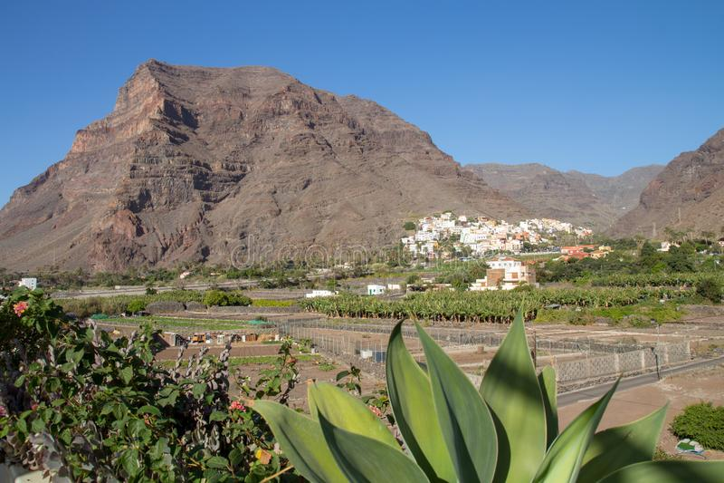 Równina w Valle Gran Rey z wioską los angeles Calera w tle fotografia royalty free