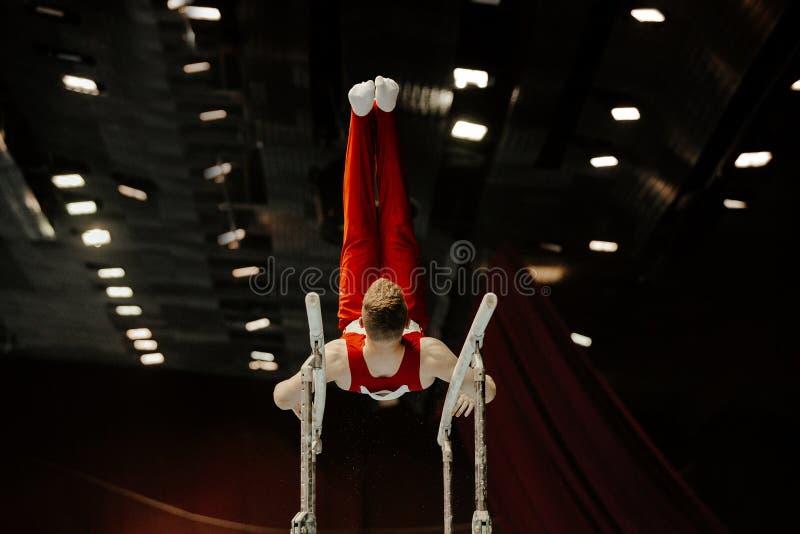 równolegli bary samiec gimnastyczki obrazy stock
