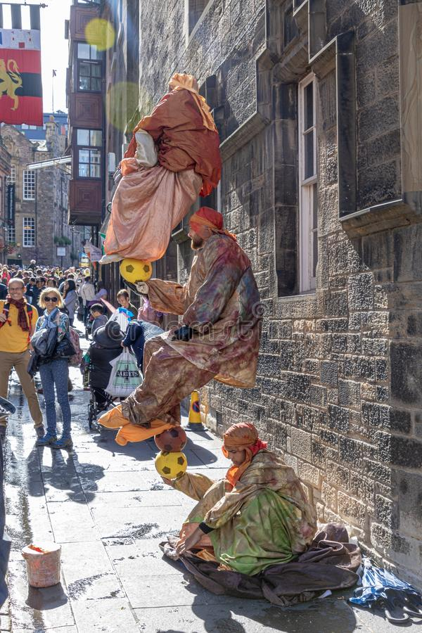 Równoważenie cygany przy festiwalu kranem fotografia stock