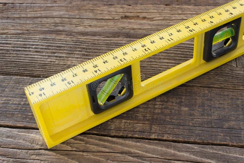 Równy narzędzie zamknięty w górę drewnianego tła na zdjęcie royalty free