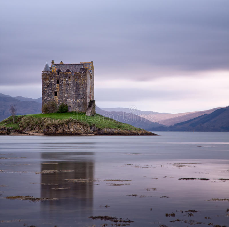 Rôdeur de château reflété en mer photographie stock