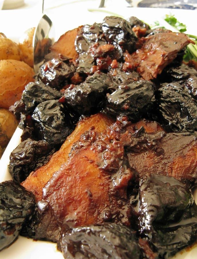 Rôti de porc avec des pruneaux et des pommes de terre de chéri images libres de droits