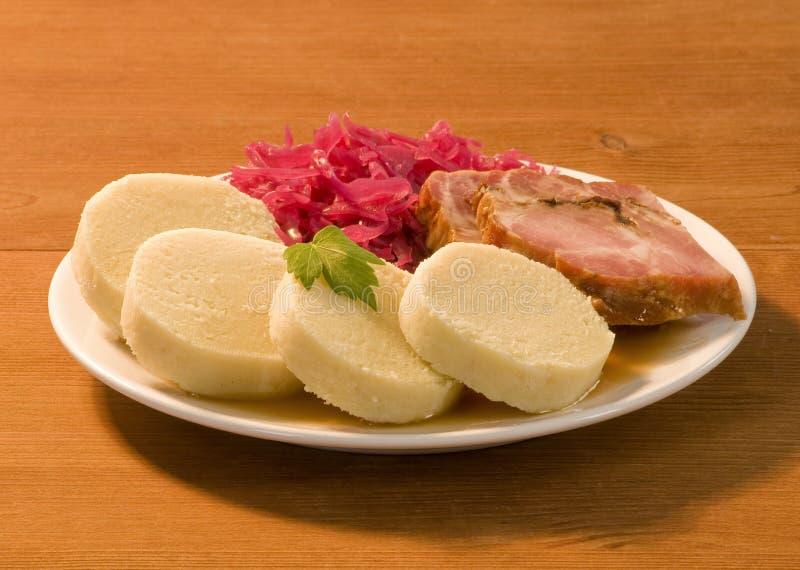 Rôti de porc, boulettes de pomme de terre et chou rouge images stock