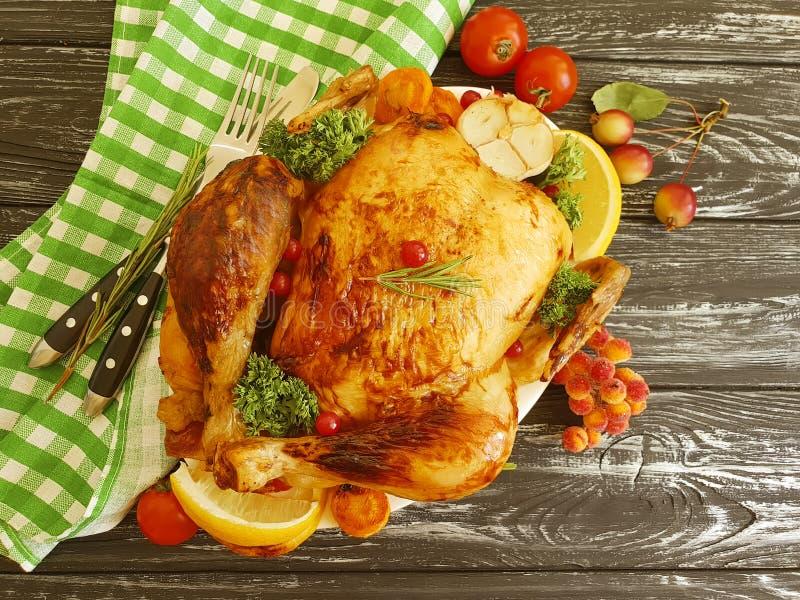 Rôti de poulet entier sur délicieux gastronome cuit au four fait maison de plat un fond en bois noir images libres de droits