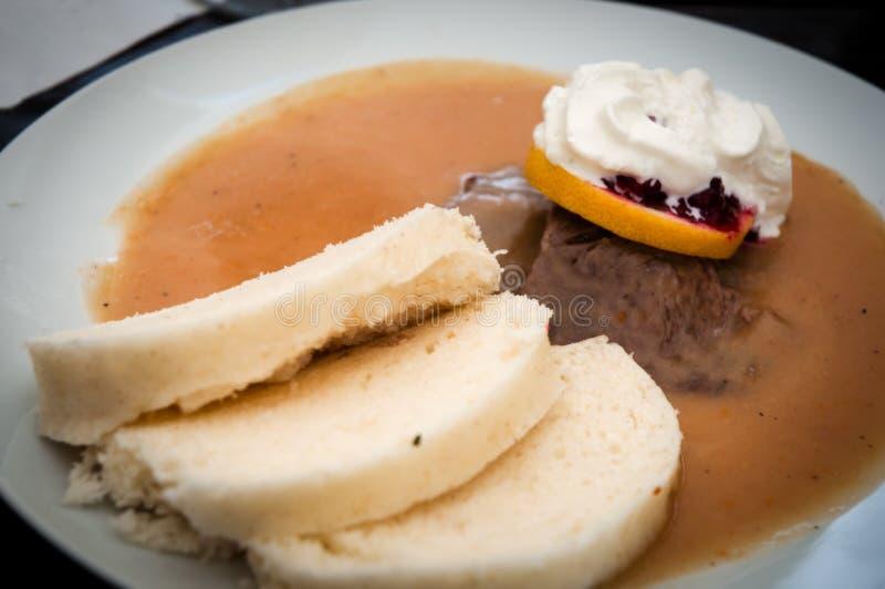 Rôtissez l'aloyau en sauce aigre avec des boulettes, nourriture tchèque traditionnelle images stock