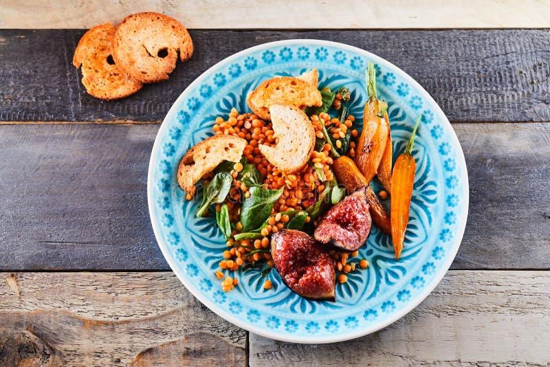 Rôtissez le plat et la baguette de salade de figue avec la marinade photo libre de droits