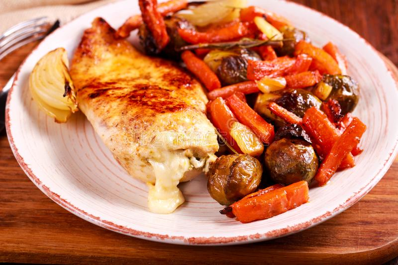 Rôtissez les légumes et le blanc de poulet bourrés du pesto et du mozza images libres de droits