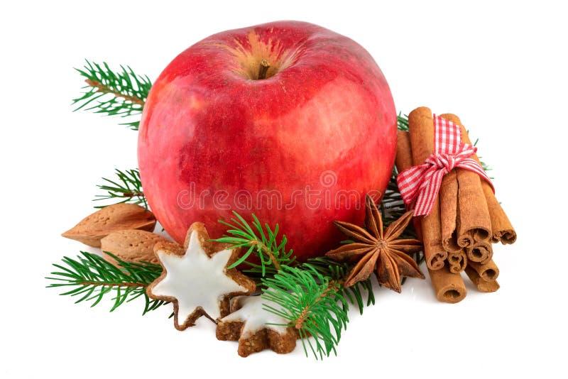 Röd äpplejul som dekorerar lantbrukarhemmet, utformar lantlig stilleben Juläpple med kryddor på vit arkivfoton
