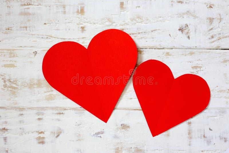 Röd anmärkning för tomt papper med hjärtaform på grunge arkivbild