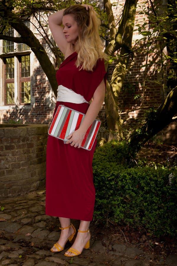 Röd antik ämbetsdräkt för flicka, Groot Begijnhof, Leuven, Belgien fotografering för bildbyråer