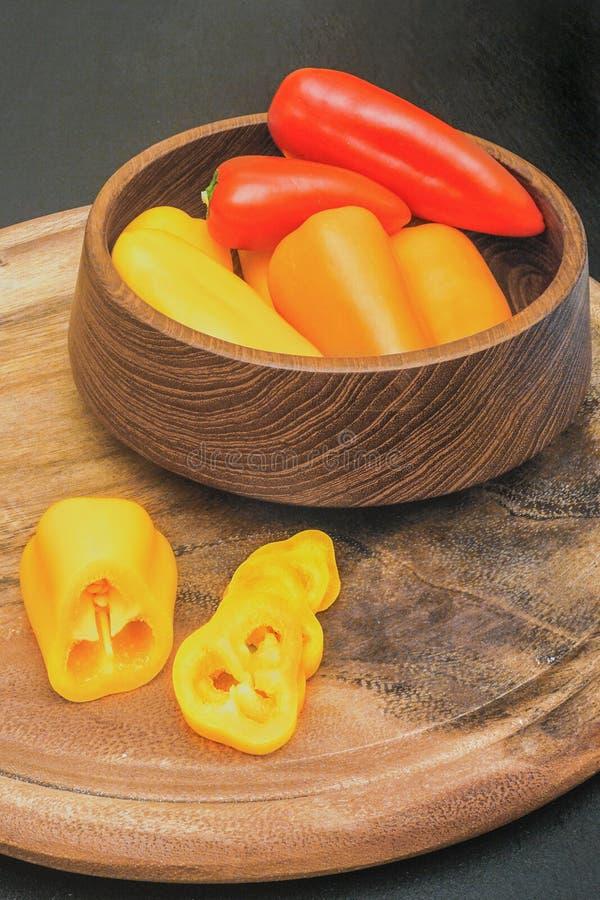 Röd, apelsin- och gulingkortkortpaprika arkivfoton