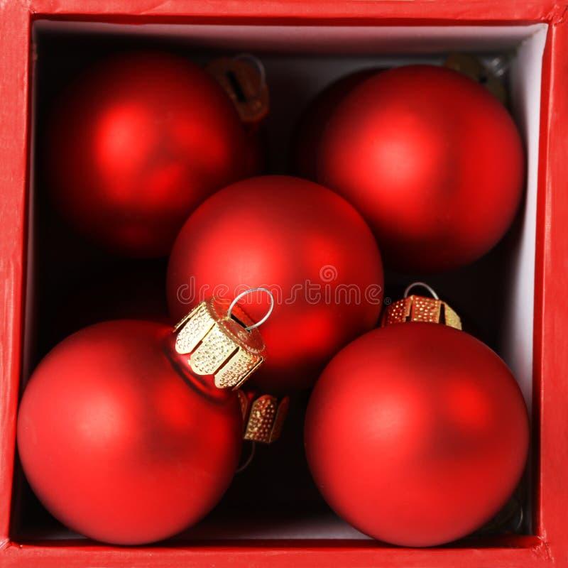 Röd ask mycket av röda julbollar arkivbild