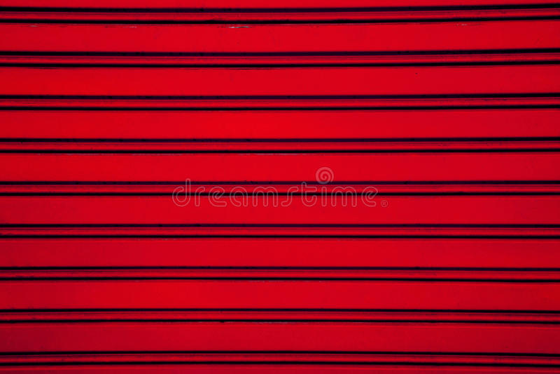 Röd bakgrund för dörr för stålrullslutare (garagedörr med hori royaltyfri bild