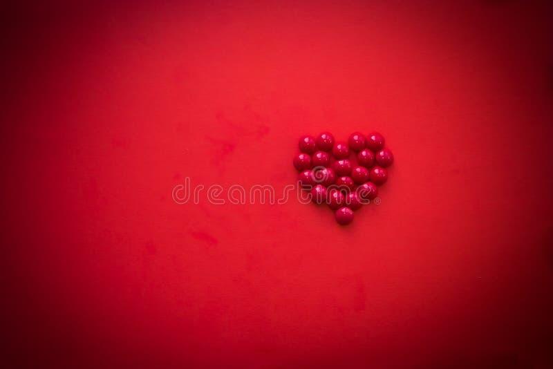 Röd bakgrund för hjärtaformgarnering Förälskelse, bröllop, romantiker och lyckligt för dagferie för valentin s begrepp sötsaker arkivfoto