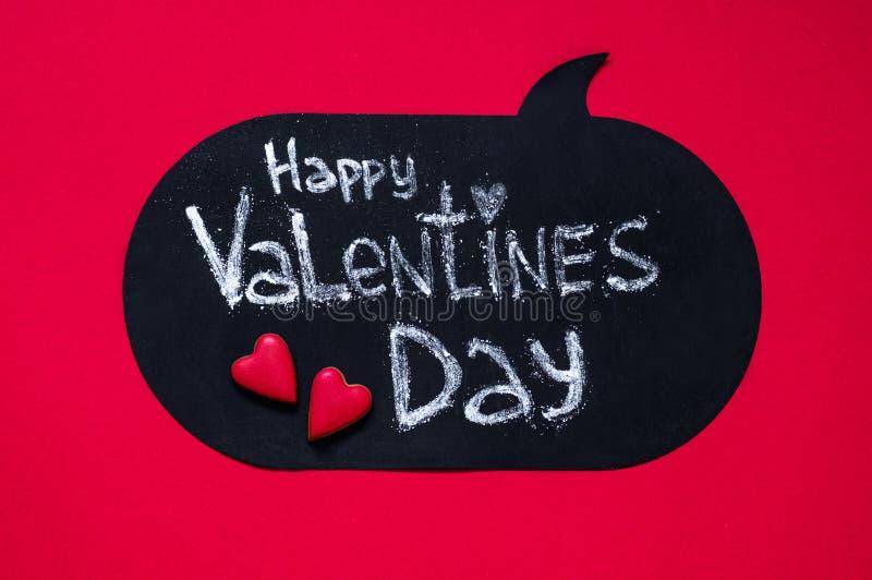Röd bakgrund med lycklig valentindag för text hjärta för gåvan för dagen för begreppet för den blåa asken för bakgrund isolerade  royaltyfria bilder