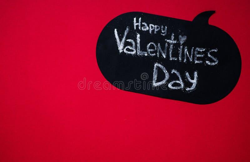 Röd bakgrund med lycklig valentindag för text hjärta för gåvan för dagen för begreppet för den blåa asken för bakgrund isolerade  royaltyfria foton
