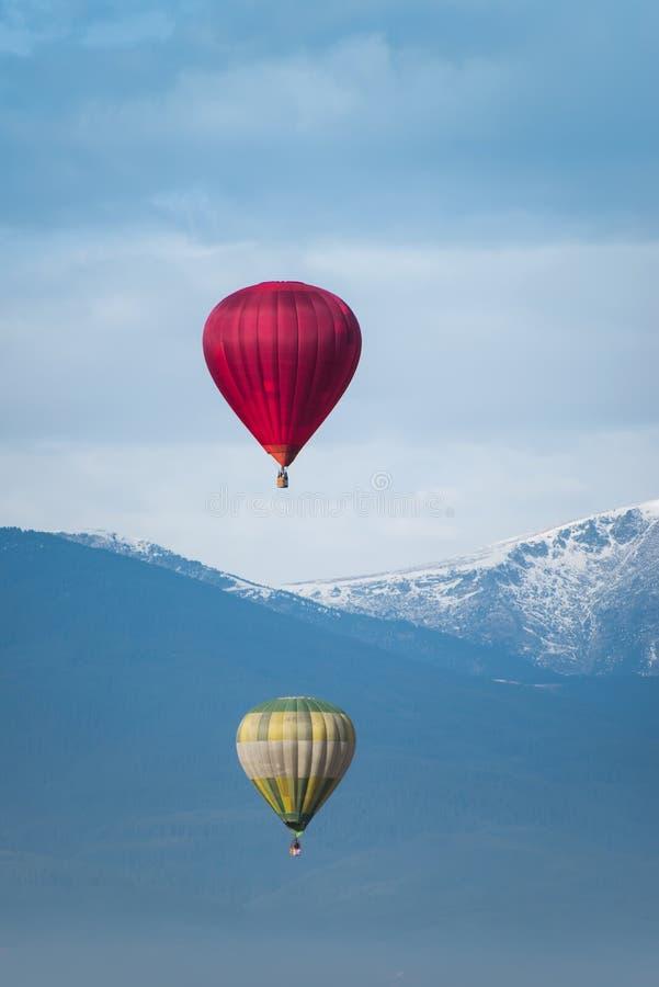 Röd ballong i den blåa himlen royaltyfri foto