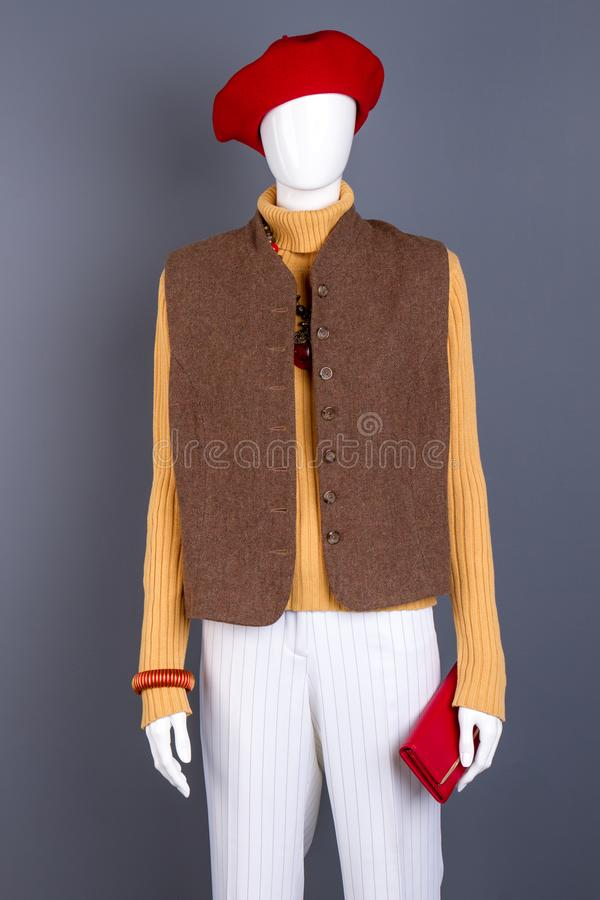 Röd basker, waistcoat på kvinnlig skyltdocka royaltyfri fotografi