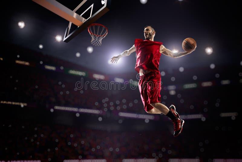 Röd basketspelare i handling royaltyfri fotografi