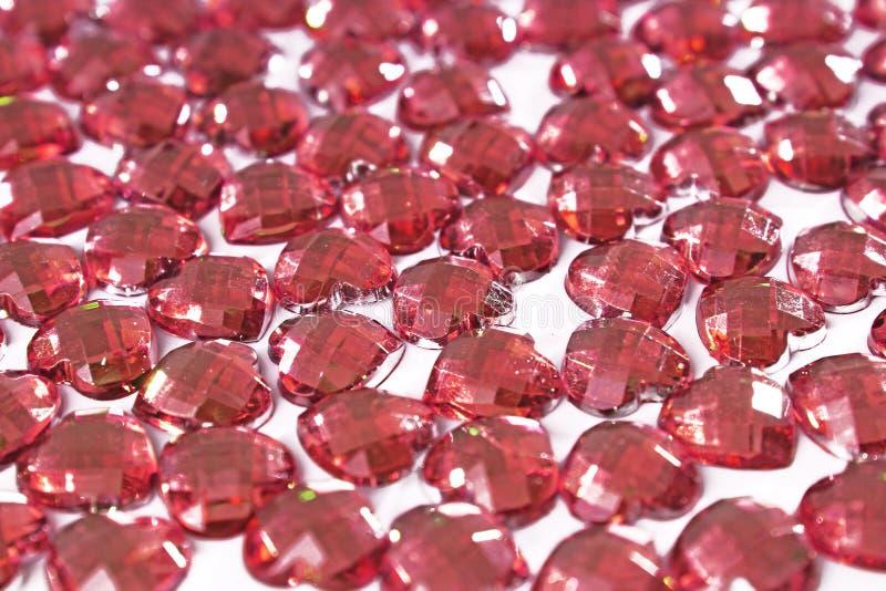 Röd bergkristallbakgrund Hjärtaformtextur som det vita studiofotoet för bakgrund Crystal modell för Bling bergkristall royaltyfri foto