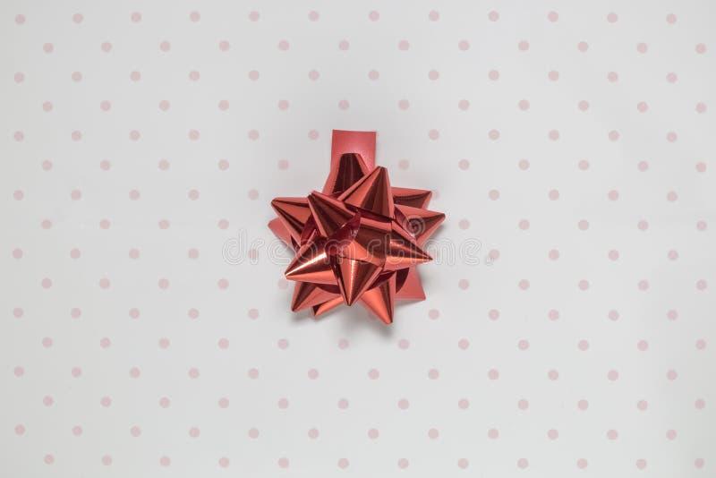 Röd beståndsdel för pilbågebanddekor som isoleras på polkaslättrosa färger och vitbakgrund arkivfoton
