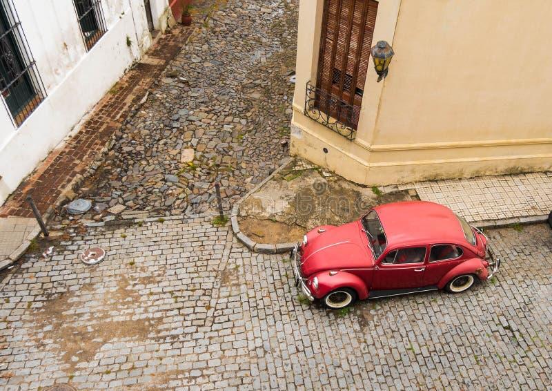Röd bil för gammal stil på gatan fotografering för bildbyråer
