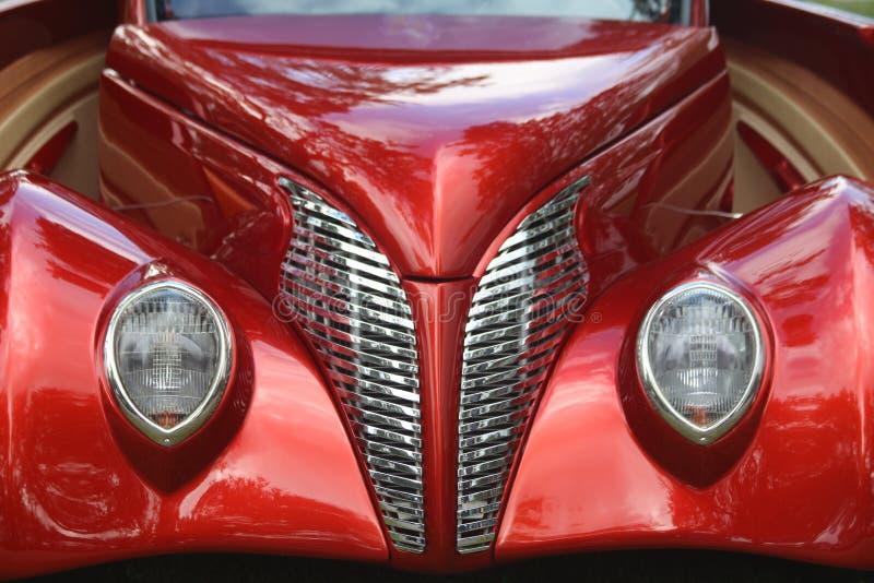 Röd bil och galler fotografering för bildbyråer