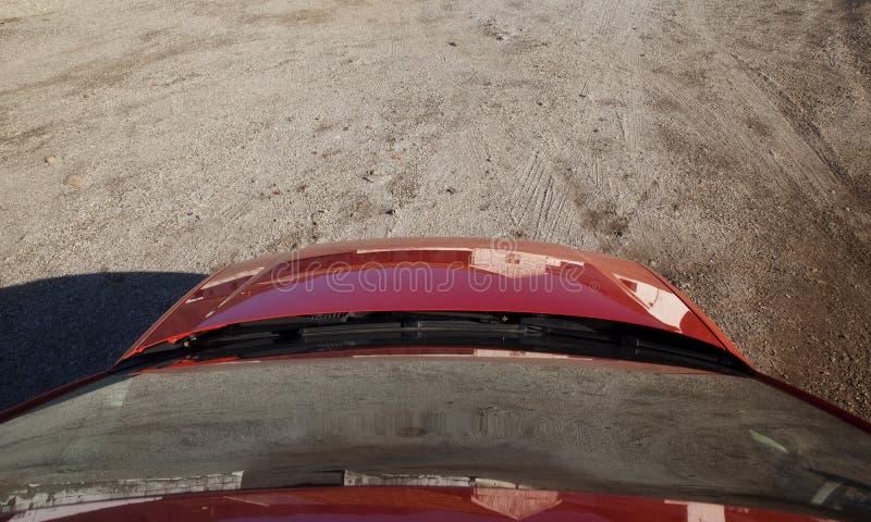 Röd bil på smuts royaltyfri foto