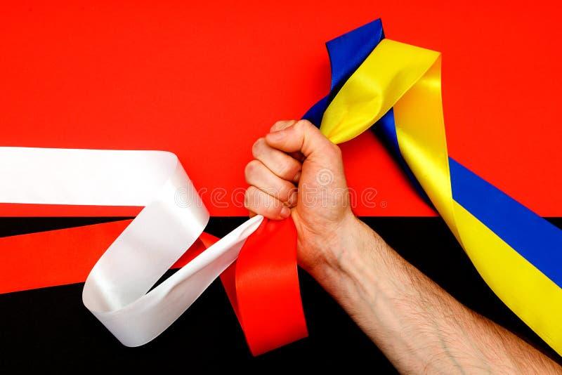 Röd blå konflikt för vitgulingsvart mellan konfrontation för sektor för hand för bästa sikt för Ukraina Polen två flagga höger arkivfoton