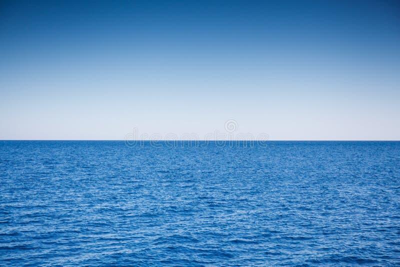 R?d bl?tt hav och ljust - bl? himmel arkivbilder