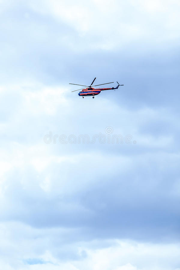 Röd-blått helikopter i flykten arkivfoton