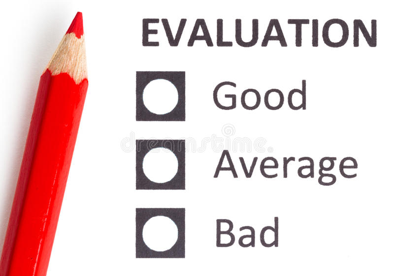 Röd blyertspenna på en evaluationform arkivbilder