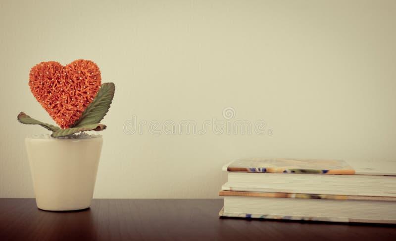 Röd bok för blommahjärtaberättelse royaltyfria bilder