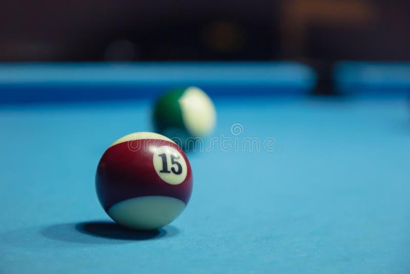 Röd boll för Billiard close upp royaltyfri fotografi