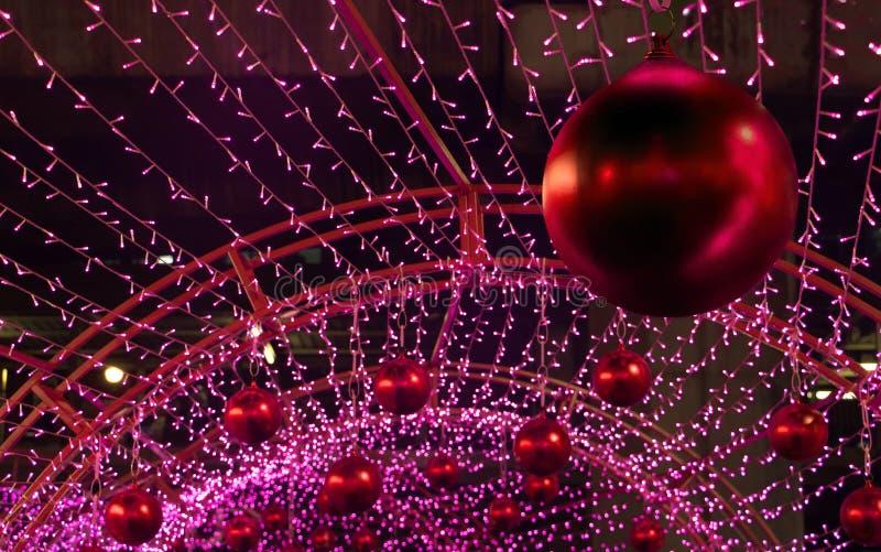 Röd bollhängning för jul på konstruktionen royaltyfria bilder