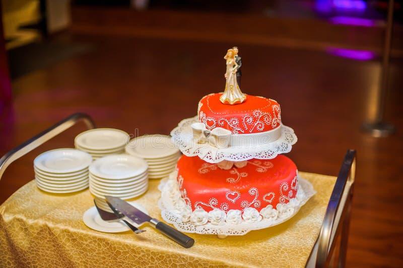 Röd bröllopstårta arkivfoton