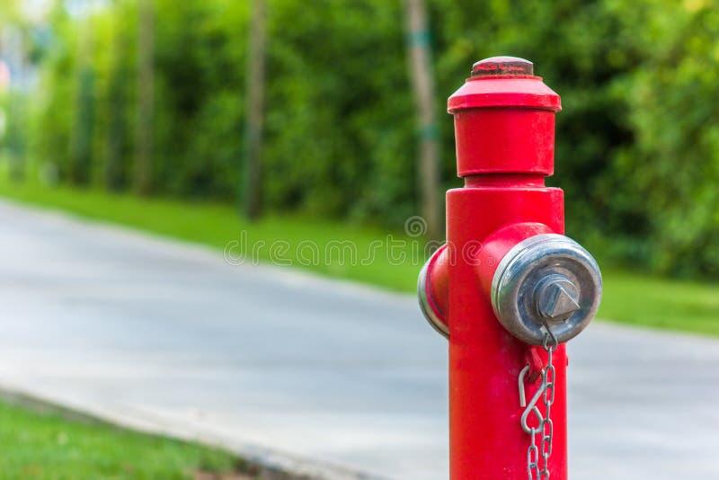 Röd brandpost längs vägslutet upp arkivfoton